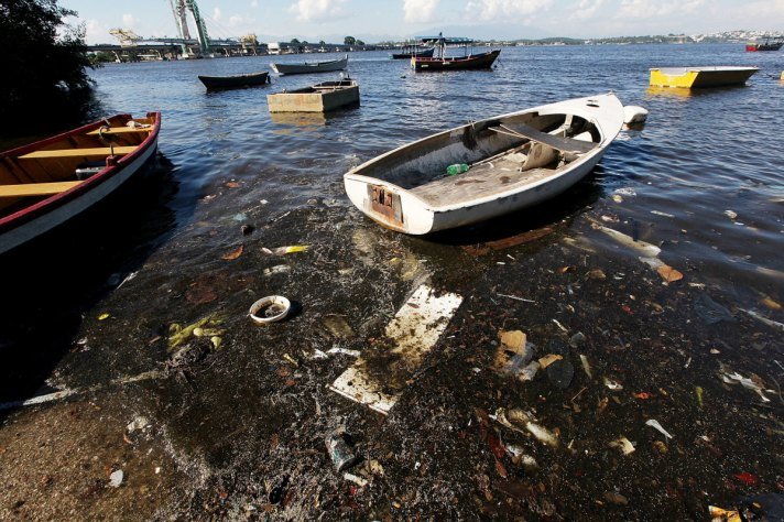 Clarke-Sailing-Through-the-Trash-and-Sewage-of-Guanabara-Bay-1200